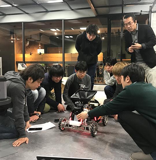ロボット製作も佳境!毎日ラボでは遅くまで作業が続きます。